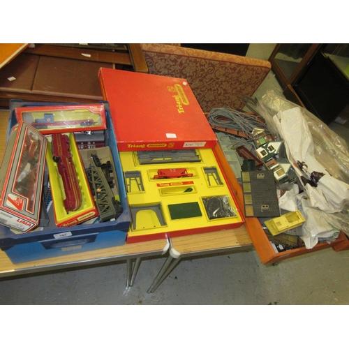 194 - Quantity of miscellaneous Dublo gauge model railway accessories, rolling stock etc...
