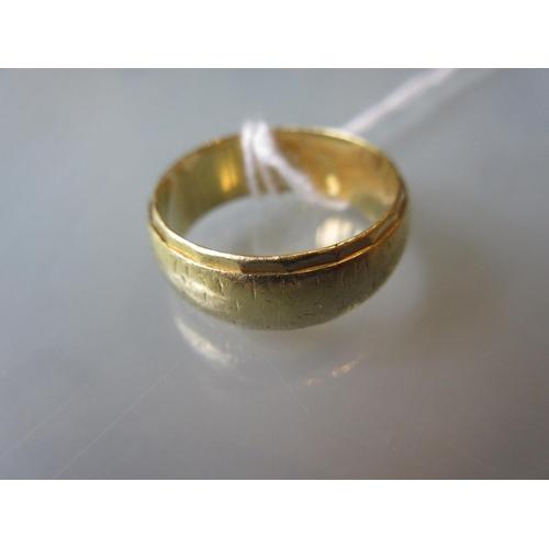 869 - 18ct Yellow gold wedding band...