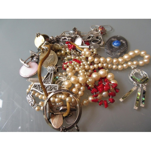 939 - Quantity of silver and other costume jewellery...
