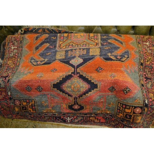 15 - Persian style carpet having lines of gols with multiple borders and two smaller similar machine wove...