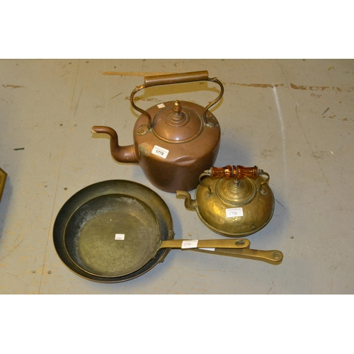 1770 - Antique copper kettle, two copper and brass frying pans and a brass kettle...
