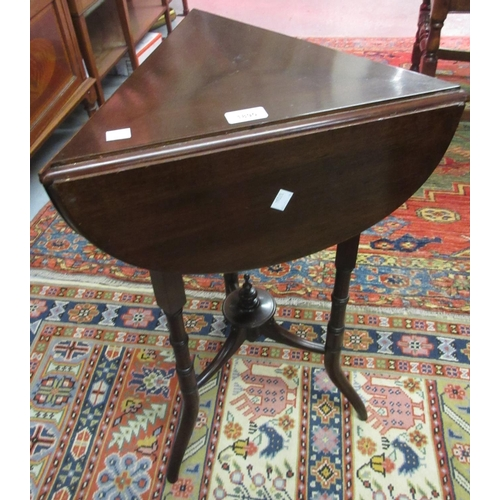 1890 - Small late Victorian mahogany clover leaf occasional table with three drop flaps on turned splay sup...