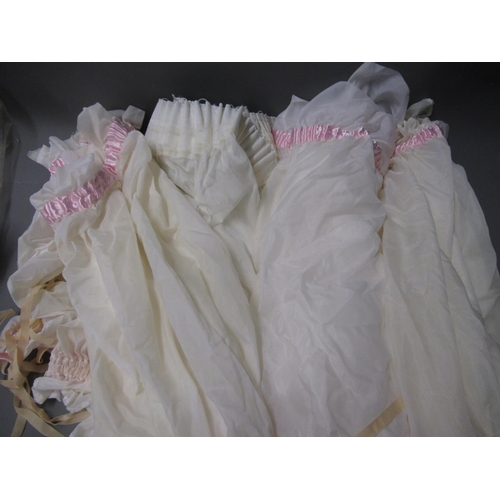 28 - Box containing a large quantity of various lace pieces, embroidered linen and table linen, remnants,...