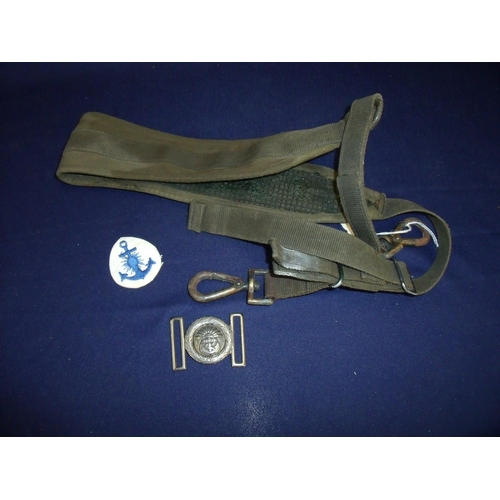 25 - Argentinian cloth naval badge, machine gun sling and a Argentinian naval belt buckle (3)...