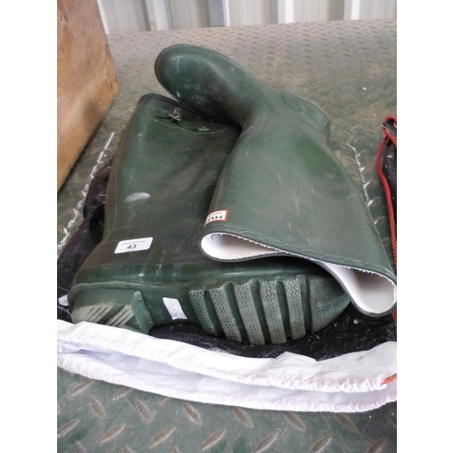 43 - Pair of Hunter wellingtons size 8...