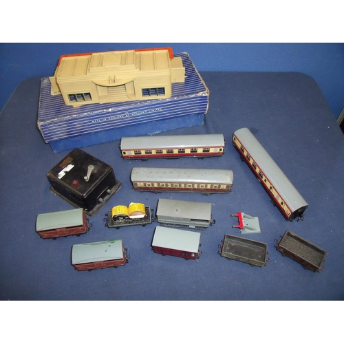200 - Boxed Hornby Dublo D1 through station, selection of passenger carriages, rolling stock etc...