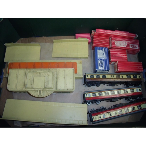 244 - Hornby Dublo platform station, rolling stock and carriages including restaurant car...