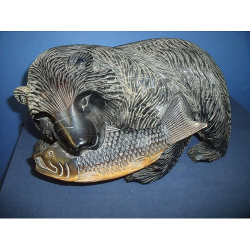 82 - Large 20th C carved wood figure of a bear with a salmon in its mouth (height 21cm)...