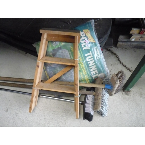 25 - Polytunnel, small wooden steps and three brushes...