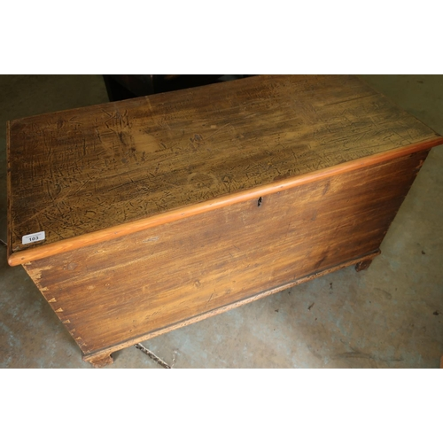 103 - Victorian stained pine blanket box with hinged top and bracket supports (100cm x 47cm x 56cm)...