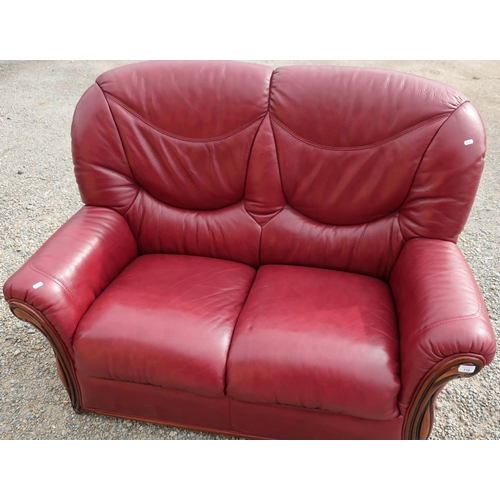 116 - Modern leather two seat sofa (width 135cm)...