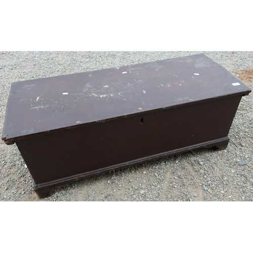 118 - 19th C painted pine blanket box with hinged top and bracket feet (113cm x 45cm x 44cm)...