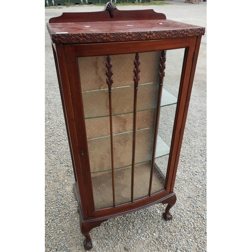 101 - Early - mid 20th C mahogany bow front single drawer china cabinet on ball and claw feet (width 59cm)...