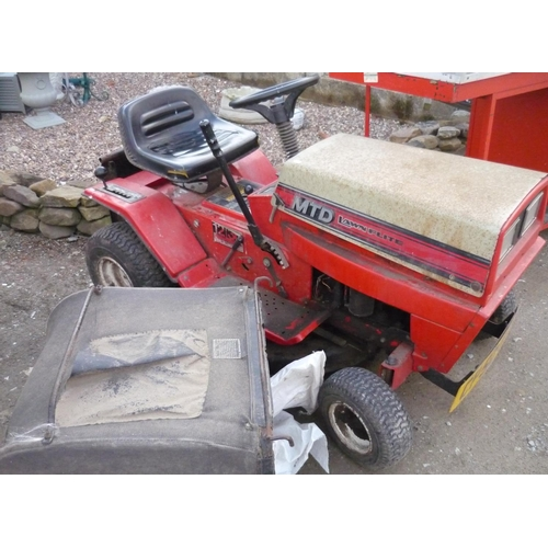 204 - Lawnflite 5 speed ride on grass mower with box...