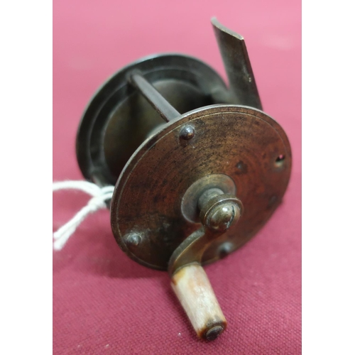 31 - Small brass wide spool fishing reel with horn handle (D4cm)...