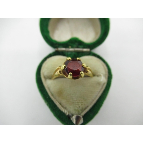18 - Victorian 15ct gold hallmarked, single stone garnet ring...