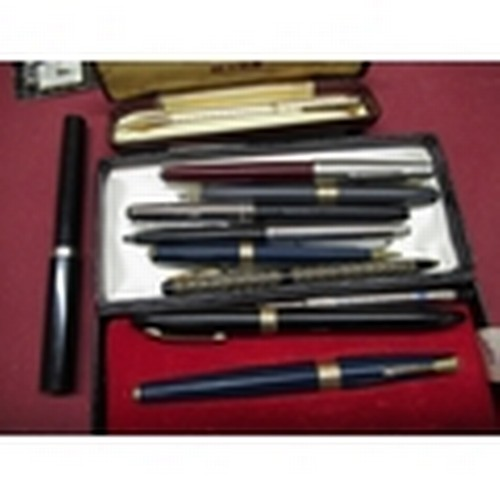 448 - Selection of various fountain pens and propelling pencils including Parker, Sheaffer, Paper Mate  an...