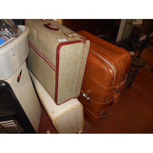 33 - Selection of vintage suitcases...