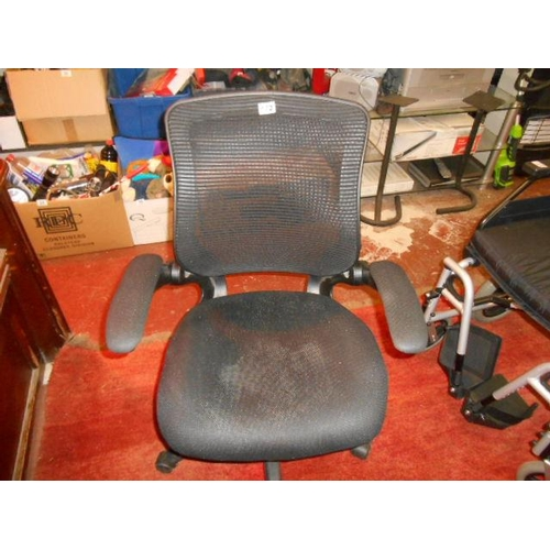 172 - Nice modern office chair...