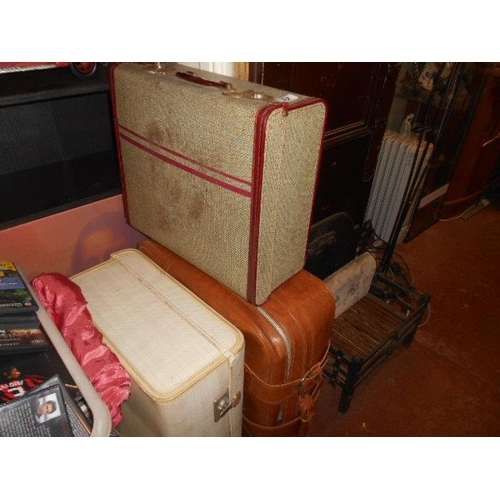 32 - Selection of retro suitcases...