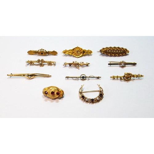 17 - Garnet and pearl crescent brooch in 9ct gold, 1976, and another ten, mostly gold. (11)...
