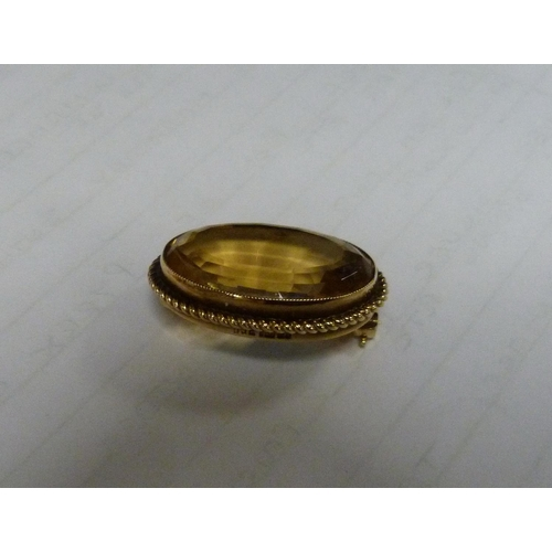 52 - 9ct gold clear stone brooch