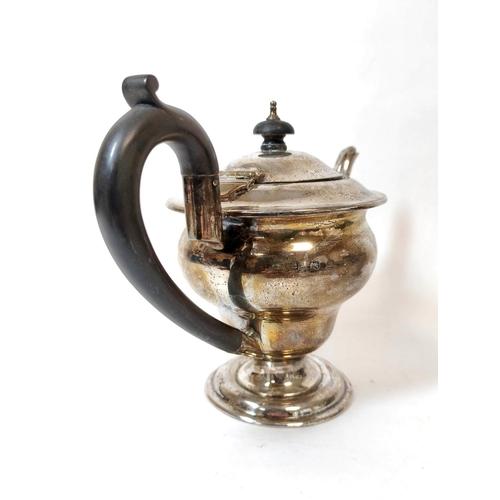46 - Silver three-piece tea set of inverted shape, Birmingham 1903, 572g.