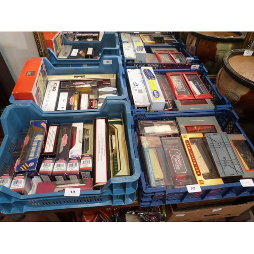 10 - A collection of boxed diecast model vehicles...