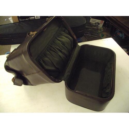 44 - Very Good quality vintage leather ladies vanity case...