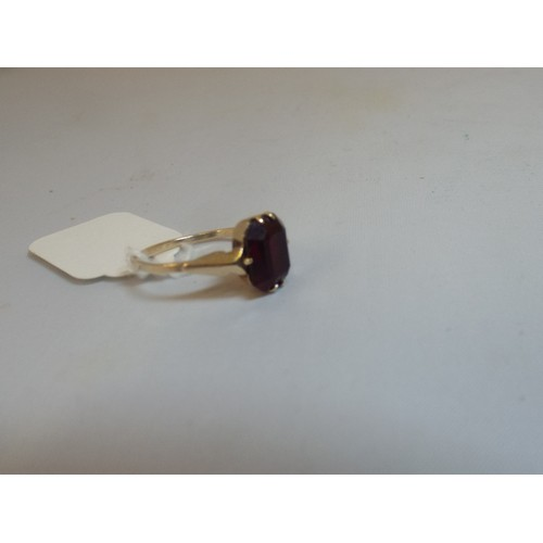 36 - 9ct gold and garnet ring 1.9g size o-p...