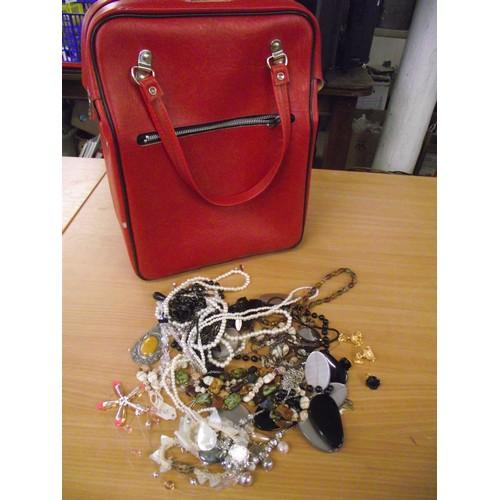 840 - Vintage vanity case with jewellrey