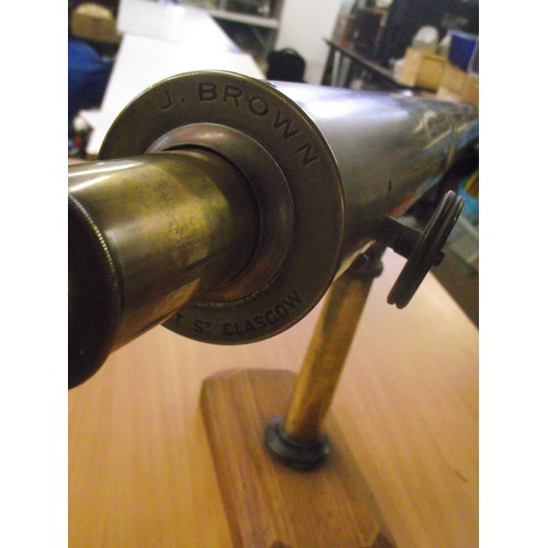 837 - Ww1 Naval 3 drawer telescope fitted on oak plinth. Manufactured by J Brown and son 76 Vincent street...