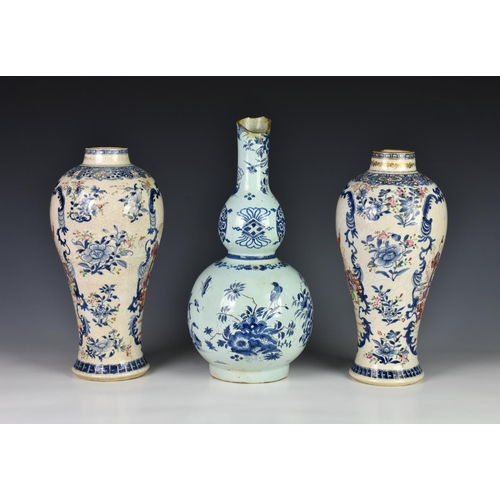 51 - A pair of English enamelled creamware chinoiserie vases, late 18th / early 19th century, possibly Lo...